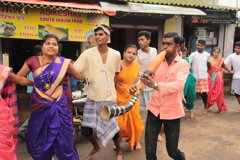 Troupe indiane di danza popolare del villaggio immagine stock