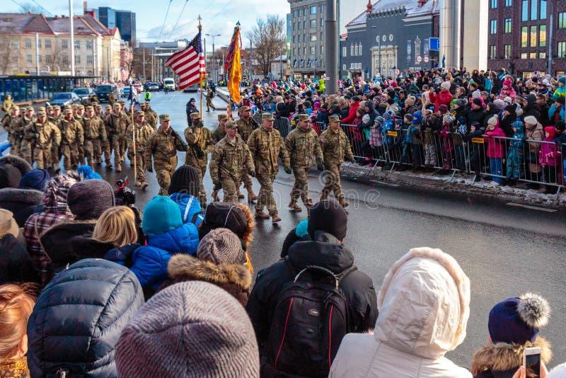 Troupes des USA au défilé de Jour de la Déclaration d'Indépendance de l'Estonie image stock