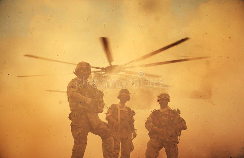 Troupes militaires et d'hélicoptère dans le champ de bataille dans le coucher du soleil photo stock