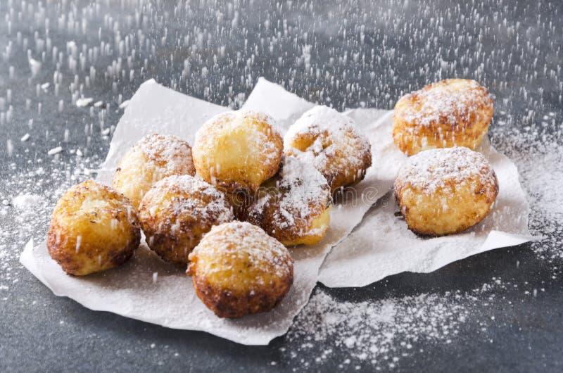Trous cuits à la friteuse savoureux de beignet arrosant avec du sucre en poudre Boules douces délicieuses de fromage photos stock