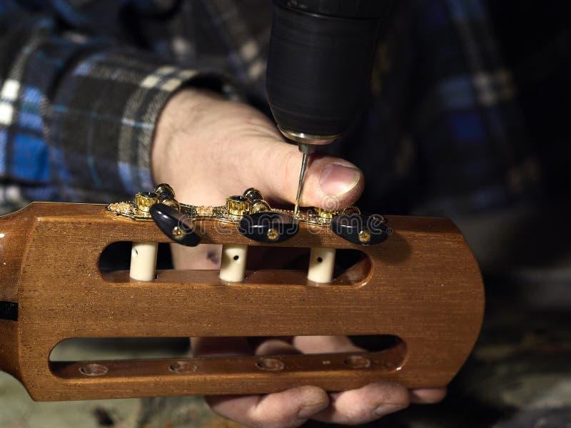 Trous d'exercices de Luthiers de guitares sous les têtes de machine images libres de droits
