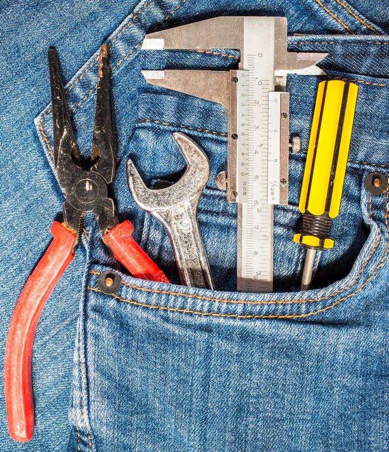 trousse à outils dans la poche de treillis photos libres de droits