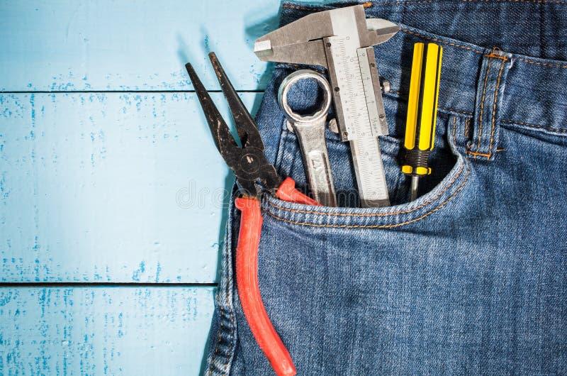 trousse à outils dans la poche de treillis image stock