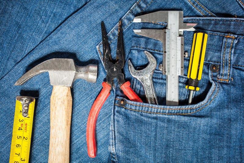 trousse à outils dans la poche de treillis images stock