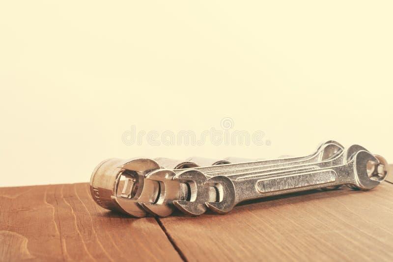 Trousse d'outils de diverses clés Copiez l'espace toned photographie stock