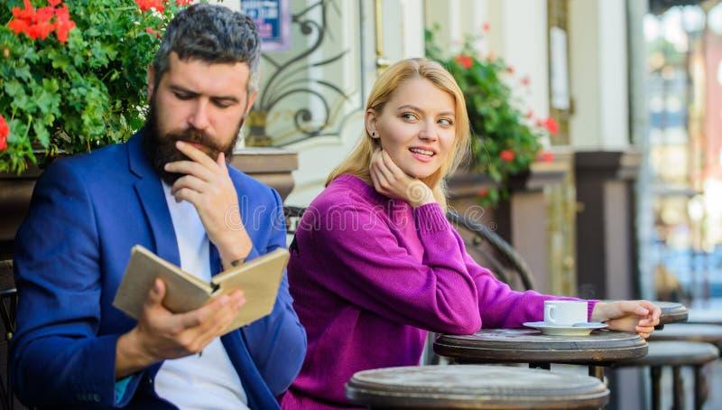 Trouvez l'amie avec le guide d'intérêt commun de dater Flirt et date La fille a intéressé ce qu'il a lu Rencontrer des personnes  images stock