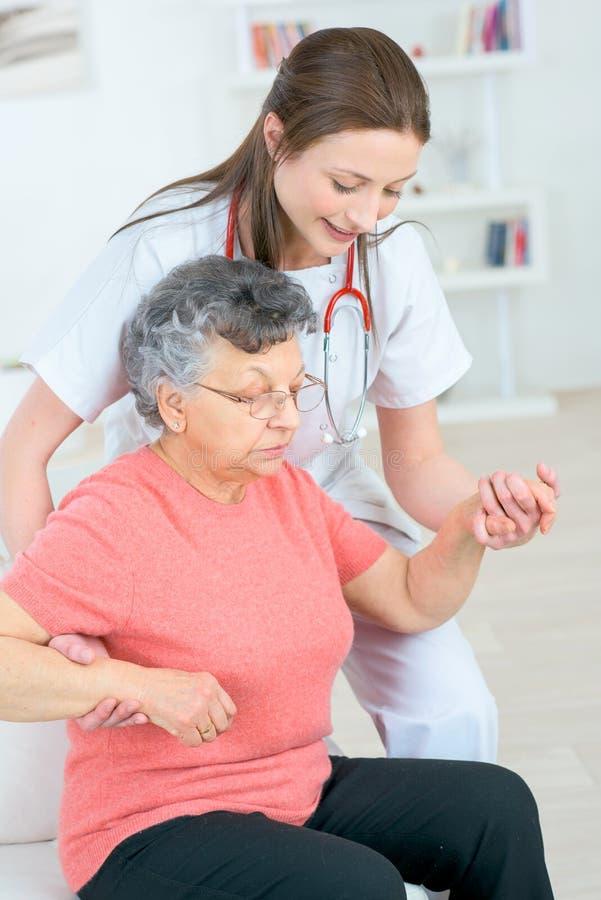 Trouvez les bons services de soins à domicile pour le votre aimés images libres de droits