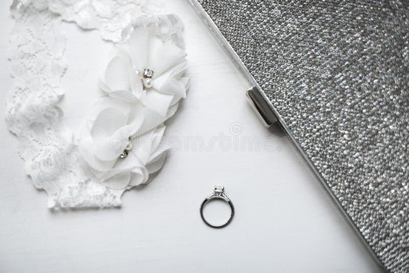 Trouwring met kouseband op witte achtergrond royalty-vrije stock foto