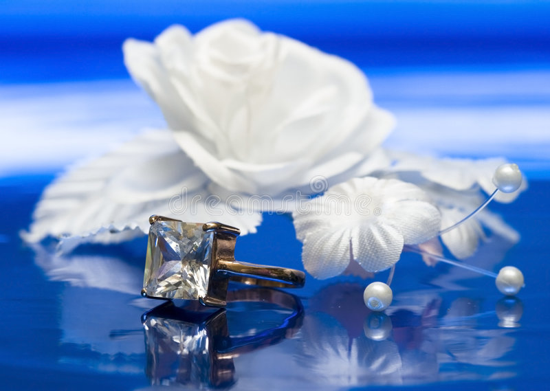 Trouwring met witte bloem stock afbeeldingen