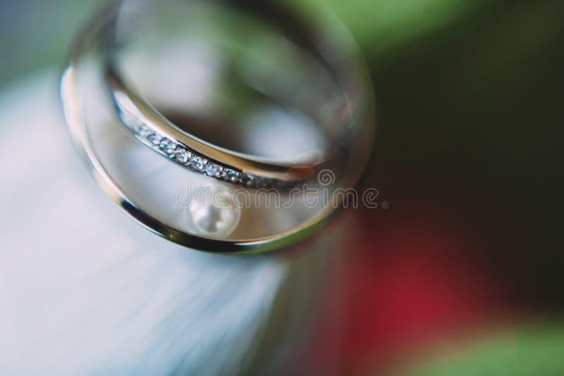 Trouwringen closeout De details van het huwelijk royalty-vrije stock afbeeldingen