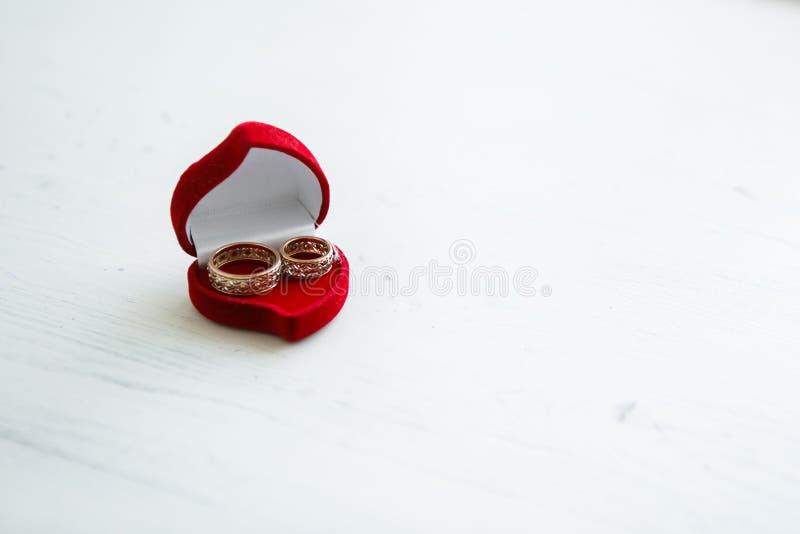 Trouwringen in een rode doos royalty-vrije stock afbeeldingen
