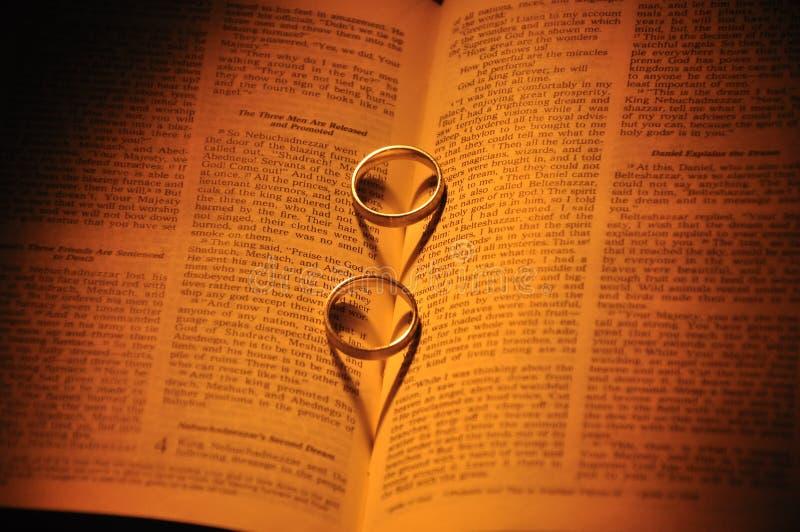 Trouwringen en bijbel royalty-vrije stock foto's