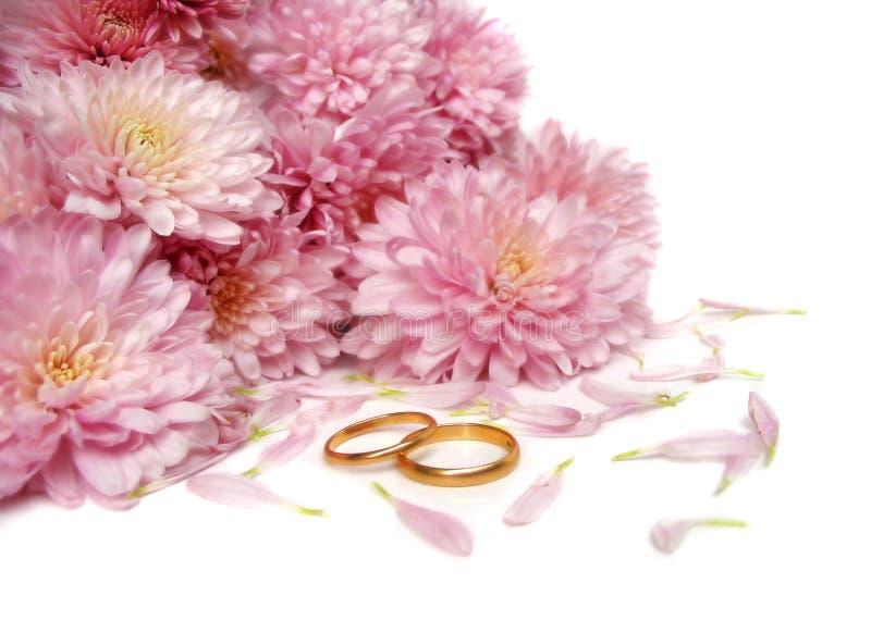 Trouwringen en bloemen stock afbeeldingen