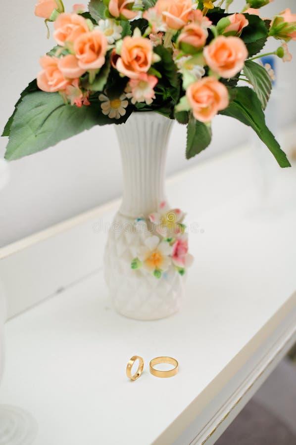 Trouwringen en boeket van bloemen royalty-vrije stock fotografie