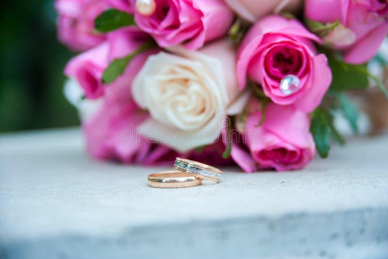Trouwringen en bruids boeket royalty-vrije stock afbeelding