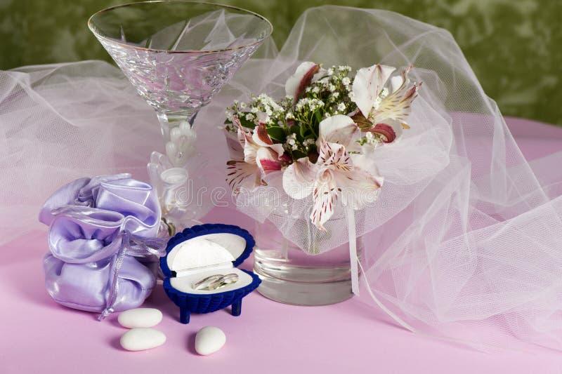 Trouwringen en huwelijksgunsten stock foto's