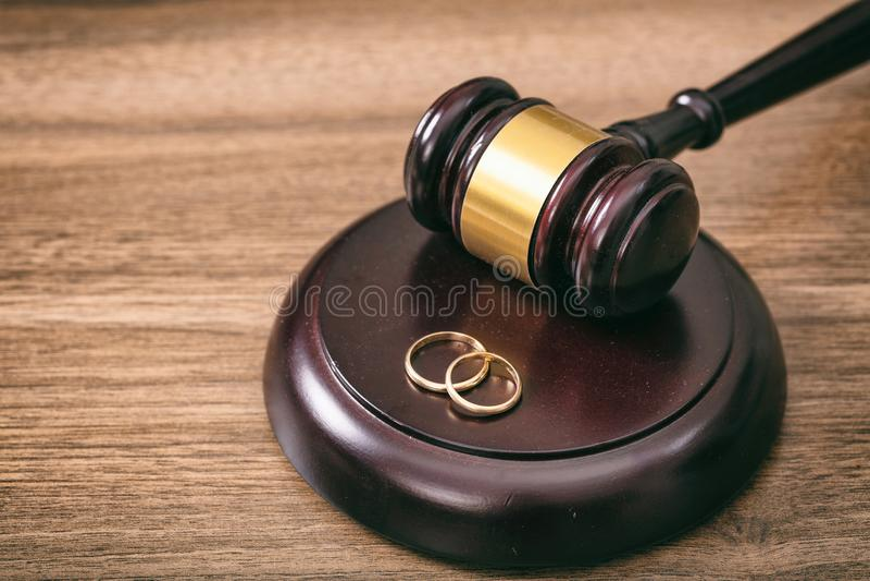 Trouwringen en rechtershamer op houten achtergrond, exemplaarruimte royalty-vrije stock foto