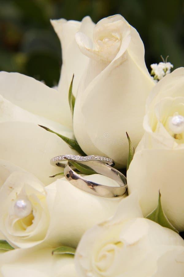 Trouwringen en Witte Rozen royalty-vrije stock afbeelding