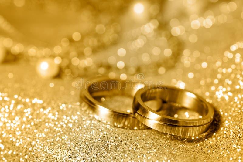 Trouwringen in goud royalty-vrije stock foto's