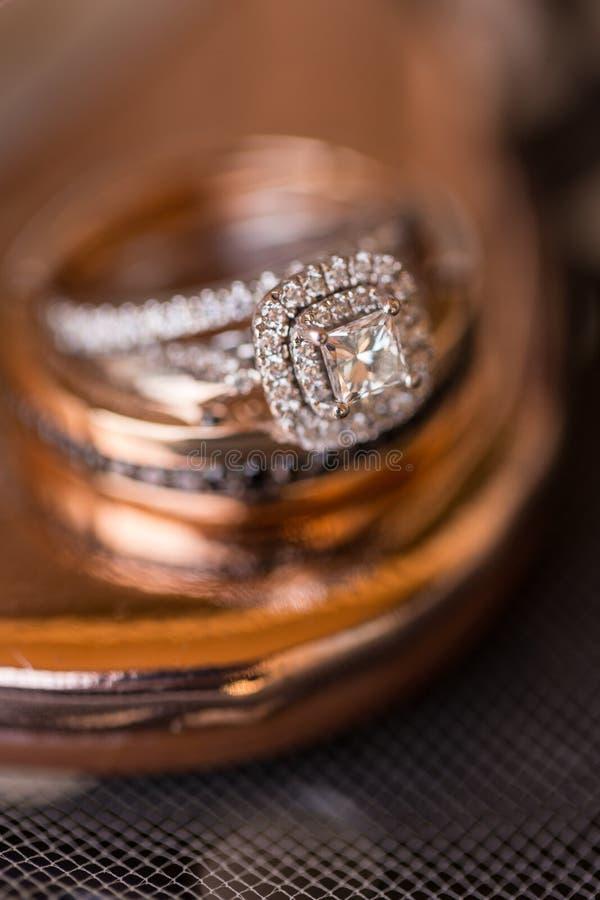 Trouwringen met gestapelde diamanten stock afbeelding