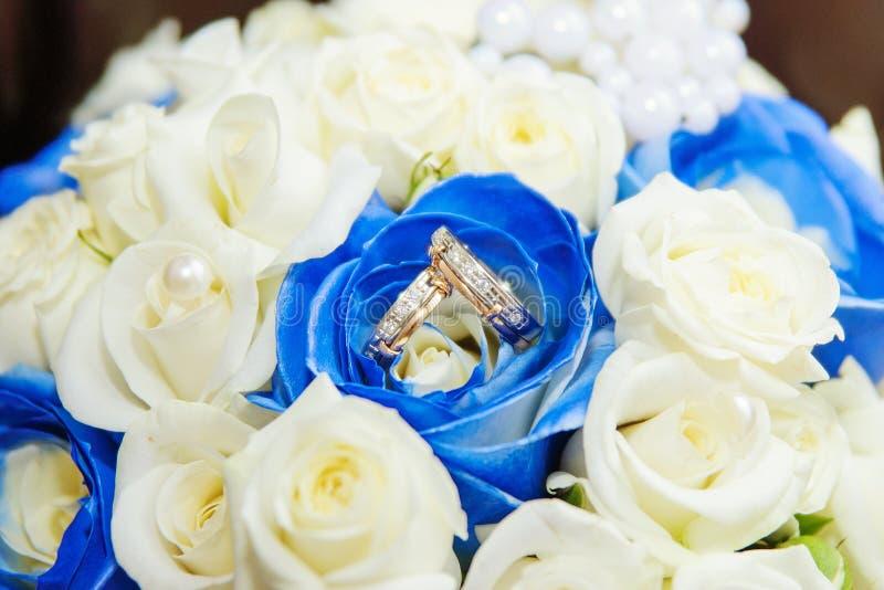 Trouwringen met roze bloemen royalty-vrije stock afbeeldingen