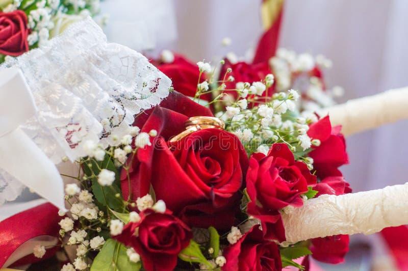 Trouwringen op een boeket van rode rozen royalty-vrije stock foto