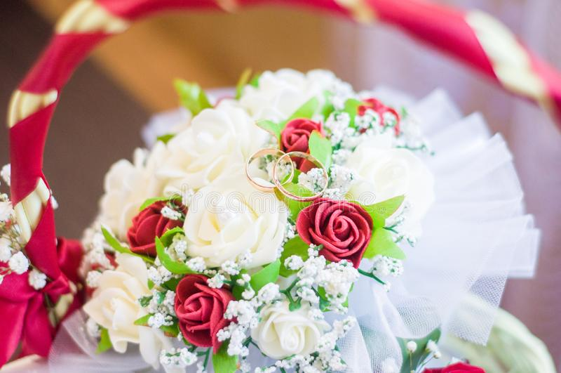 Trouwringen op een boeket van rode rozen royalty-vrije stock afbeeldingen