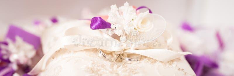 Trouwringen op een decoratief kussen royalty-vrije stock afbeeldingen