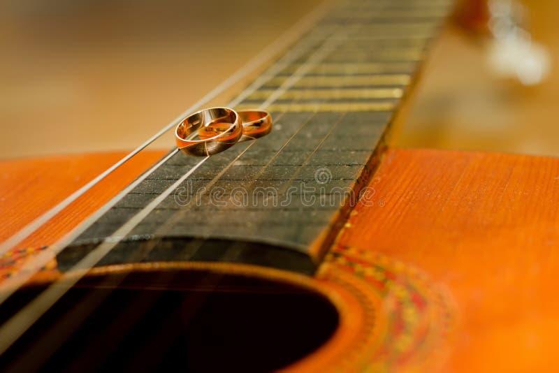 Trouwringen op een gitaar royalty-vrije stock fotografie