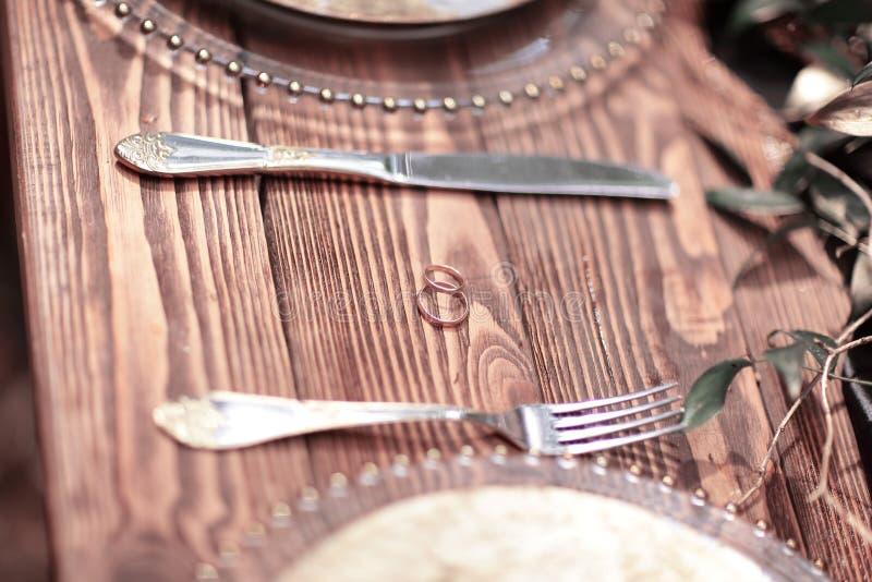 Trouwringen op een houten lijst in het hout royalty-vrije stock fotografie