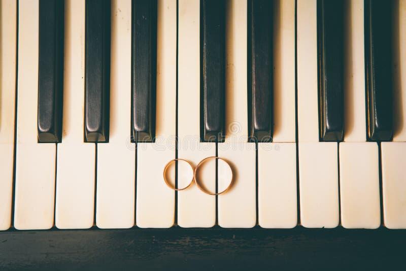 Trouwringen op een piano royalty-vrije stock fotografie