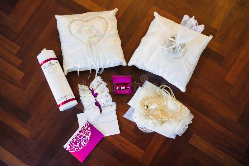Trouwringen in roze vakje, kouseband, speldenkussen, brief royalty-vrije stock foto