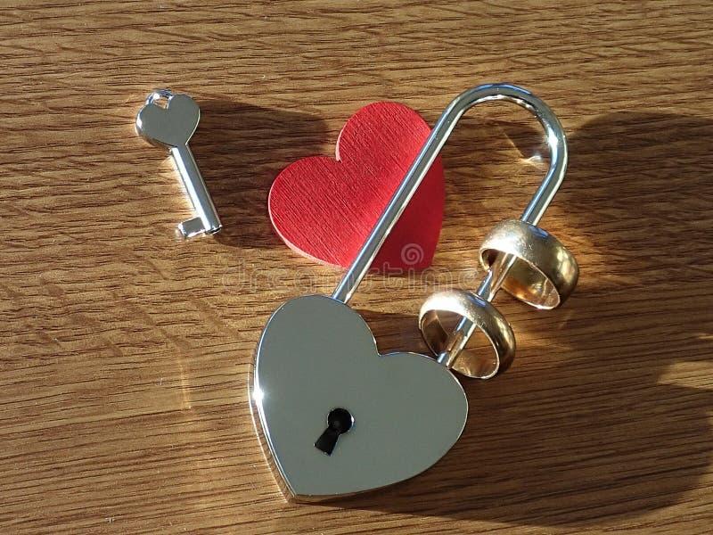 Trouwringen, sleutel, slot en rood hart royalty-vrije stock afbeelding