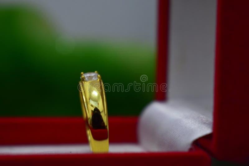 Trouwringen zijn gouden met echte diamanten worden de verfraaid die stock foto's