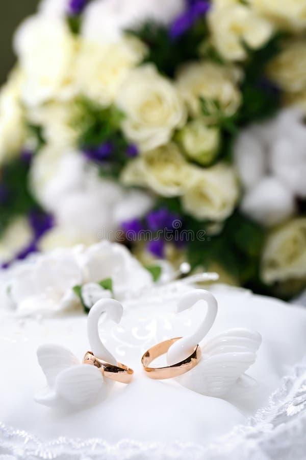 Trouwringenbruid en bruidegom op decoratief hoofdkussen stock afbeelding