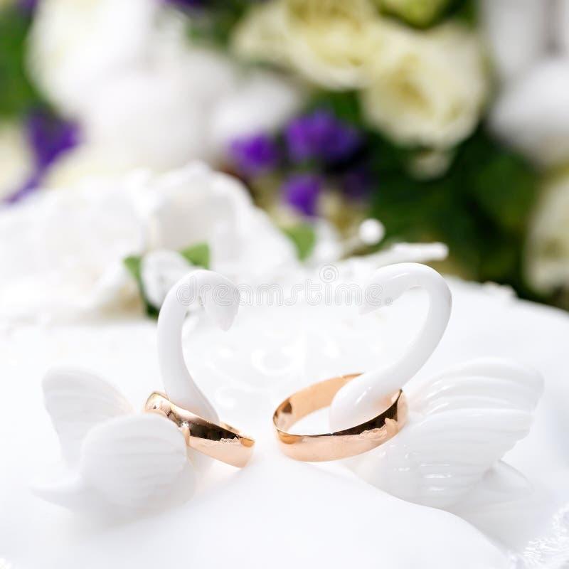 Trouwringenbruid en bruidegom op decoratief hoofdkussen stock afbeeldingen
