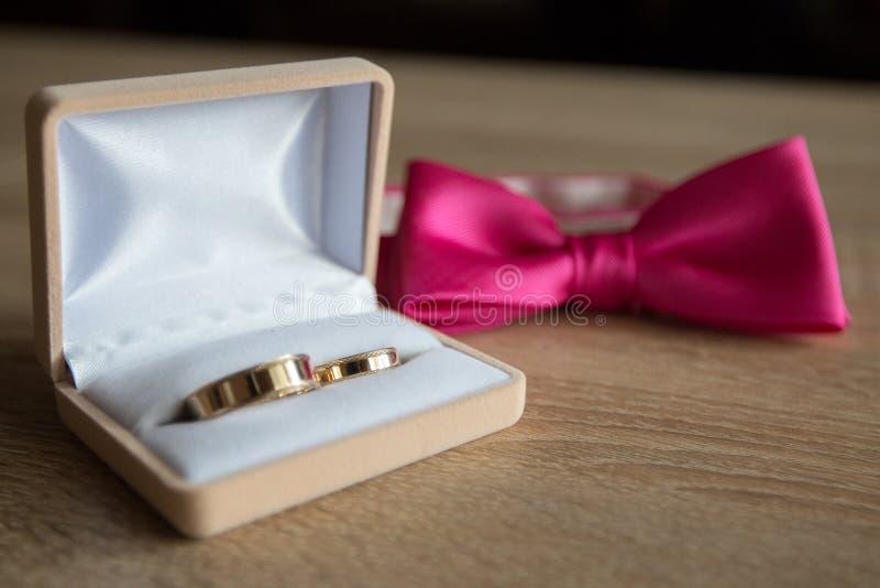 Trouwringenpresentatie vóór het huwelijk royalty-vrije stock afbeeldingen