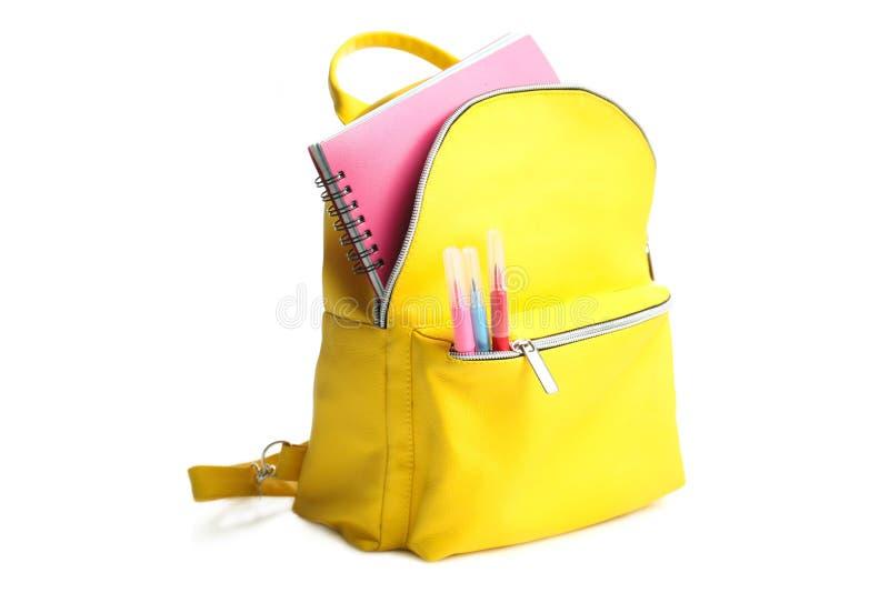 Trouxa amarela com fontes de escola diferentes foto de stock