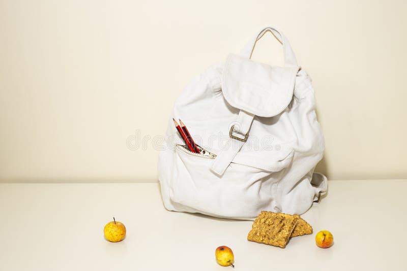 Trouxa branca, lápis, maçãs orgânicas e biscoitos da aveia imagens de stock royalty free