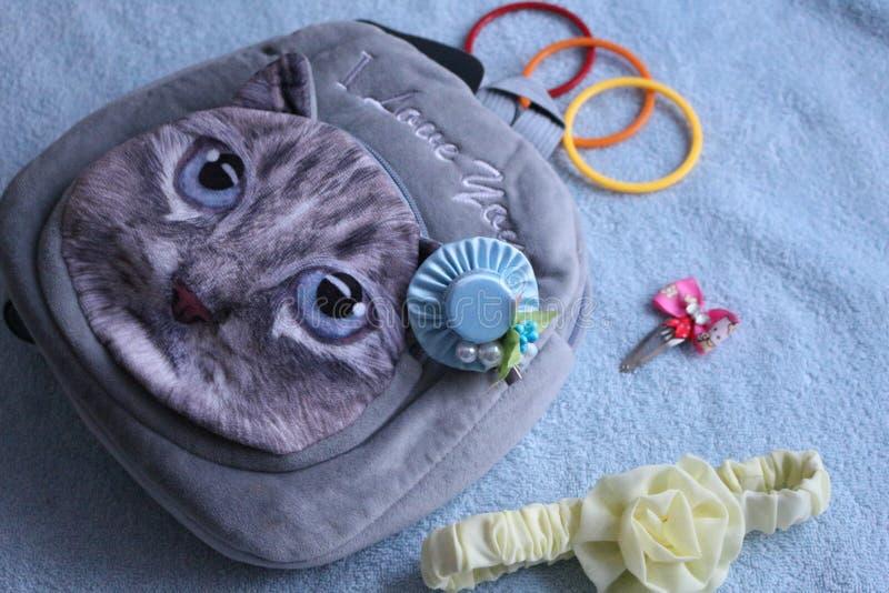 Trouxa cinzenta para uma menina com uma imagem do gato imagens de stock