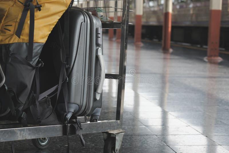 trouxa no trole da bagagem no estação de caminhos-de-ferro carro da bagagem no pl foto de stock royalty free