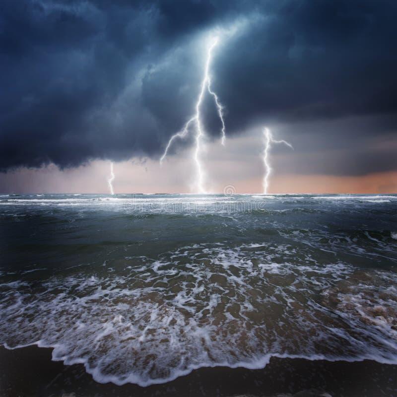 Trovão no oceano imagens de stock royalty free