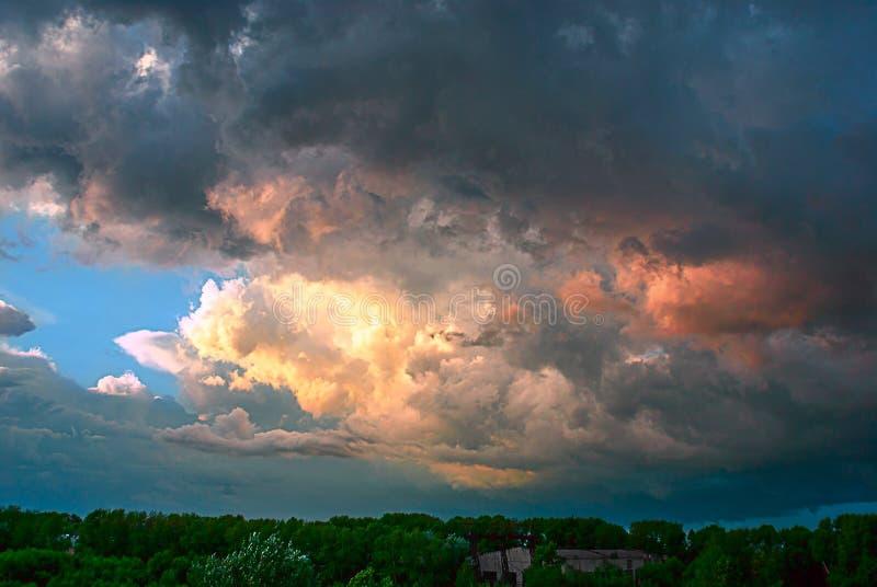 A trovão-tempestade vem mais próximo imagens de stock royalty free