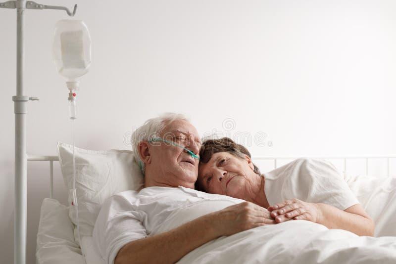Trovandosi accanto al marito malato fotografie stock libere da diritti