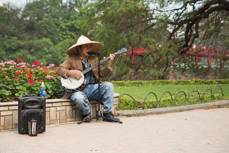 Trovatore asiatico del musicista della via che esegue una canzone folk fotografia stock libera da diritti
