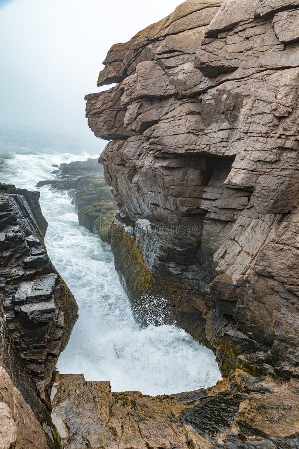Troveje o furo no litoral do parque nacional do acadia fotografia de stock