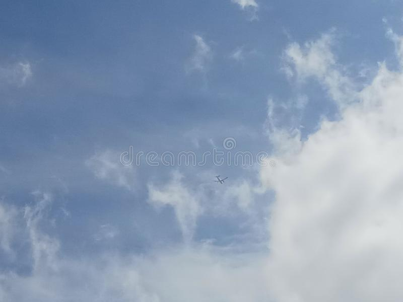 Trovi il volo in cielo fotografia stock