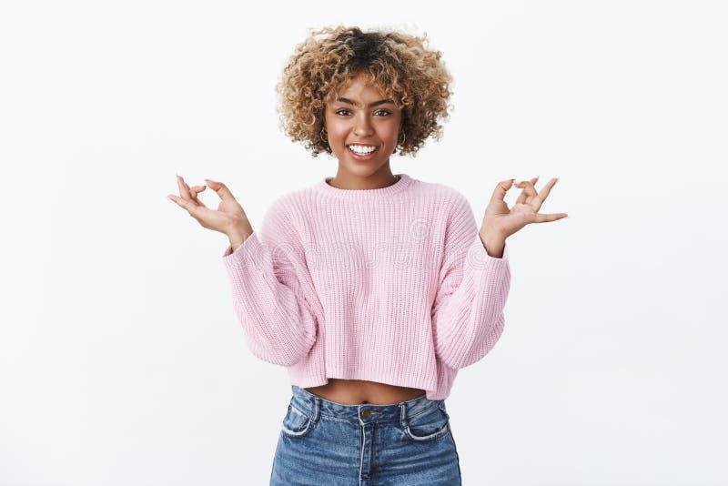Trovi il vostro zen Yoga di pratica femminile, meditare e sorridere bello dell'afroamericano freddo rilassato e felice fotografia stock libera da diritti