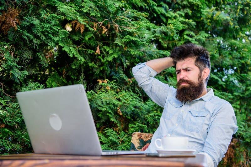 Trovi l'argomento per scrivere Routine quotidiana del giornalista del reporter Lavoro online Lavoratore online di mass media Scri fotografia stock