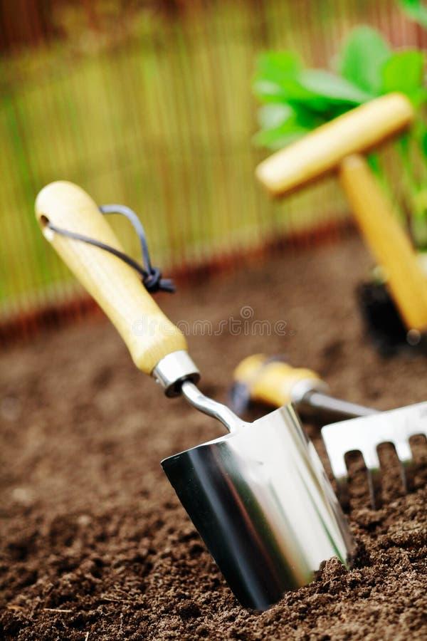 Trowel di giardino in terreno fotografie stock libere da diritti